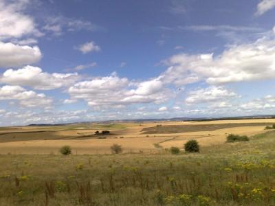 Na erre teljesen konkrétan emlékszem, hogy lélekzetelállítóan szép volt a bárányfelhők a tájjal. Ennyit a fényképezésről...