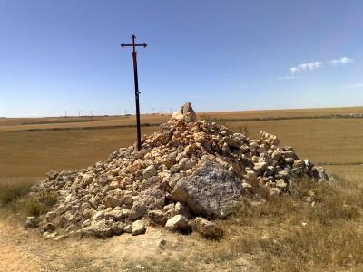 Váratlan kereszt kövekkel