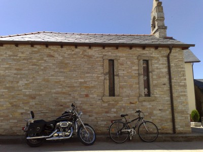 Csendélet - templommam, motorral, biciklivel