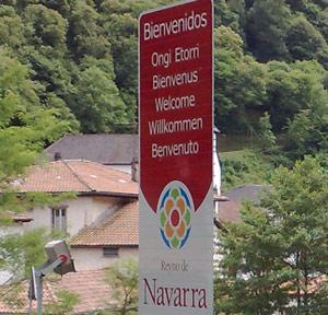 Üdvözölnek Navarrában sok nyelven...